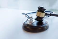 Mazo y estetoscopio jurisprudencia médica definición legal de la negligencia médica abogado doctores comunes de los errores Imagen de archivo libre de regalías