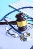 Mazo y estetoscopio jurisprudencia médica definición legal de la negligencia médica abogado doctores comunes de los errores imagenes de archivo