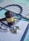 Mazo y estetoscopio jurisprudencia médica definición legal de la negligencia médica abogado doctores comunes de los errores fotografía de archivo libre de regalías