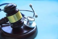 Mazo y estetoscopio jurisprudencia médica definición legal de la negligencia médica abogado doctores comunes de los errores fotos de archivo