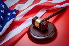 Mazo y fondo del juez con la bandera de los E.E.U.U. Fotos de archivo libres de regalías