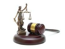 Mazo y la estatua de la justicia en un fondo blanco Foto de archivo libre de regalías