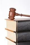 Mazo y libros de ley de madera Imagen de archivo libre de regalías