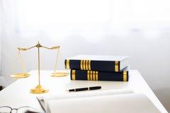 mazo y soundblock de la ley y del abogado de la justicia que trabajan en de madera fotografía de archivo libre de regalías