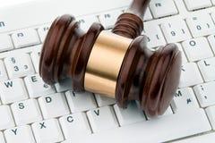Mazo y teclado. Certeza legal en el Internet foto de archivo