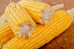 Mazorca de maíz en la tabla de madera rústica Imagen de archivo