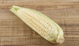 Mazorca del maíz en un de madera Imagenes de archivo