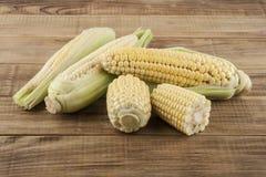 Mazorca del maíz en un de madera Imágenes de archivo libres de regalías