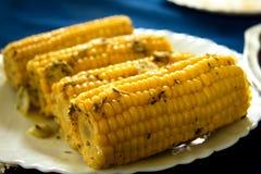 Mazorcas cocinadas de los mais en la placa Fotografía de archivo