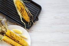 Mazorcas de maíz asadas a la parrilla con el limón, visión superior imagen de archivo libre de regalías