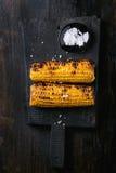 Mazorcas de maíz asadas a la parrilla con la sal del mar foto de archivo