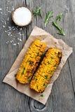 Mazorcas de maíz asadas a la parrilla en fondo de madera foto de archivo