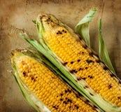 Mazorcas de maíz asadas a la parrilla en fondo de piedra rústico Imágenes de archivo libres de regalías