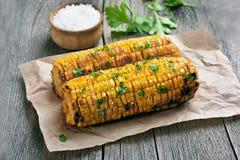 Mazorcas de maíz asadas a la parrilla en la tabla rústica imagen de archivo libre de regalías
