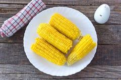 Mazorcas de maíz cocinadas en placa en la tabla de madera imagen de archivo libre de regalías