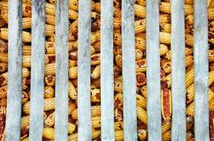 Mazorcas de maíz en el granero Fotos de archivo libres de regalías