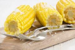Mazorcas de maíz hervidas con la sal gruesa fotografía de archivo