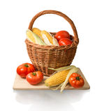Mazorcas del maíz y de los tomates en cesta Fotografía de archivo