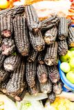 Mazorcas negras en un mercado, un ingrediente para preparar chicha foto de archivo