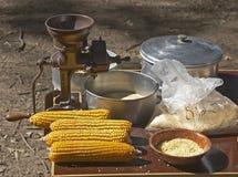 Mazorcas y amoladora de maíz Imagen de archivo