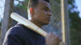 Mazza da baseball della tenuta dell'adolescente, banda giovanile in ghetto, delinquenza giovanile video d archivio