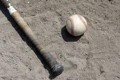 Mazza da baseball e sfera in sporcizia immagine stock