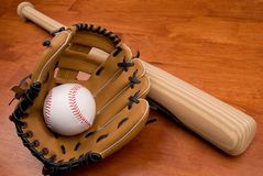 Mazza da baseball, guanto mezzo e sfera Immagini Stock