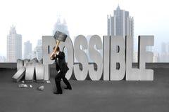 Mazza della tenuta dell'uomo d'affari per fracassare 3D calcestruzzo impossibile wo Fotografia Stock Libera da Diritti