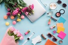 Mazzi dei fiori con il computer portatile e gli occhiali da sole con il modello dei cosmetici Fotografia Stock Libera da Diritti