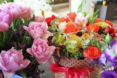 Mazzi dei fiori di autunno Fiori in una scatola con un arco Fotografia Stock
