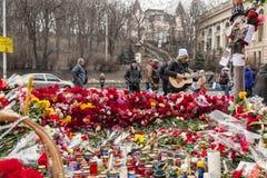 Mazzi dei fiori e delle candele Fotografia Stock