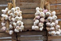 Mazzi dell'aglio su superficie di legno d'annata Fotografia Stock