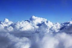 Mazzi delle nuvole bianche nel cielo fotografie stock