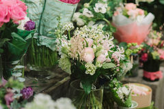 Mazzi delle rose petali ed altri flovers Immagine Stock Libera da Diritti