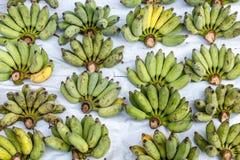 Mazzi di banane verdi su un mercato di strada locale a Bangkok thailand fotografia stock