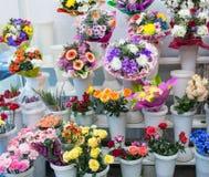 mazzi di grande fiore blu giallo bianco rosa e grande rosa-rosso arancio fresco della camomilla della gerbera del crisantemo immagine stock