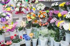 mazzi di grande fiore blu giallo bianco rosa e grande rosa-rosso arancio fresco della camomilla della gerbera del crisantemo fotografia stock libera da diritti