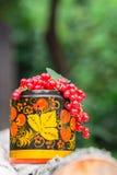 Mazzi di ribes maturo in vaso di legno decorativo, dipinti nello stile di Khokhloma Fotografie Stock