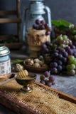 Mazzi lilla e verdi di uva e di miele dolce fresco fotografie stock libere da diritti