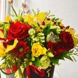 Mazzo alla moda con le rose e le orchidee fotografia stock