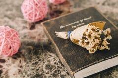 Mazzo asciutto d'annata del fiore sul vecchio diario Fotografia Stock