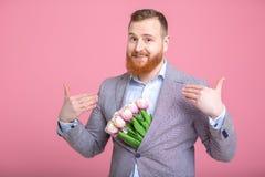 Mazzo bello della tenuta dell'uomo dei tulipani Fotografie Stock Libere da Diritti