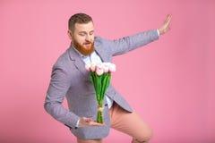 Mazzo bello della tenuta dell'uomo dei tulipani Fotografia Stock Libera da Diritti