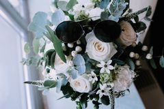 Mazzo bianco dei fiori che stanno in un vaso sulla finestra fotografie stock libere da diritti
