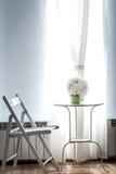 Mazzo bianco di nozze al sole sulla tavola immagini stock