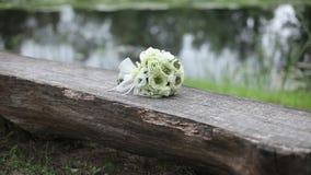 Mazzo bianco di nozze all'aperto su un banco di legno stock footage