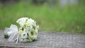 Mazzo bianco di nozze all'aperto su un banco di legno archivi video