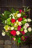 Mazzo bianco di nozze con le rose rosa e le orchidee gialle fotografia stock
