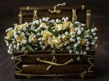Mazzo bianco e giallo artificiale del fiore Fotografie Stock