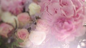 Mazzo bianco e rosa di nozze prima di cerimonia di nozze sulla via archivi video